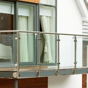 Стеклянные экраны между столбиками балконного ограждения