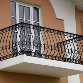 Черные перила на небольшом балконе