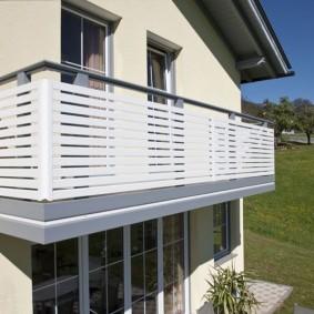 Пластиковые панели на балконном ограждении