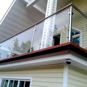 Стеклянные экраны балконного ограждения