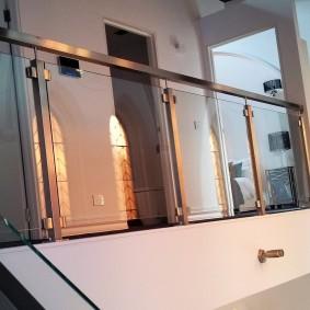 Балконное ограждение из металла и стекла