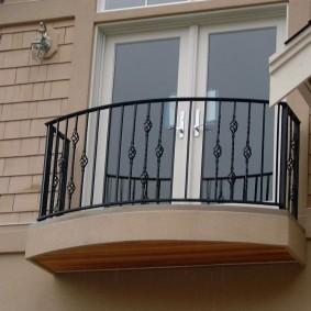 Простые перила на маленьком балконе
