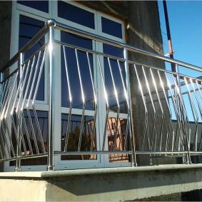 Небольшой балкон с перилами из нержавеющей стали