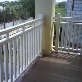 Пластиковое ограждение открытого балкона