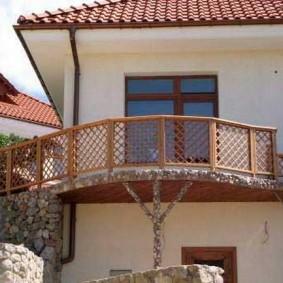 Деревянные решетки на ограждении балкона
