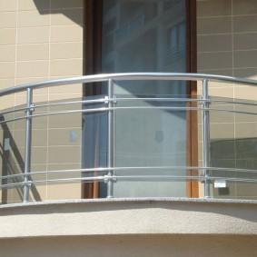 Узкая дверь на открытом балконе