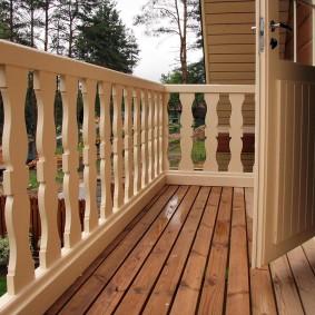 Деревянный пол на балконе загородного дома