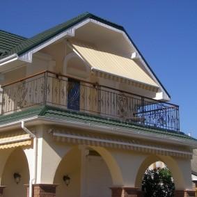Тканевая маркиза на балконе загородного дома