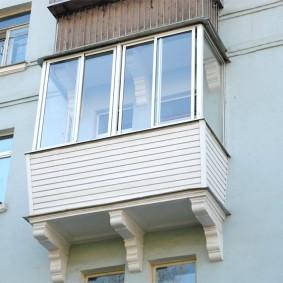 Пластиковые окна на балконе квартиры