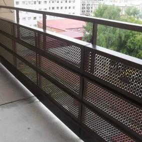 Экран из металла на балконном ограждении