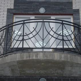 Стальные перила на балконе овальной формы
