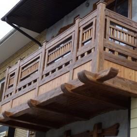 Деревянные перила на балконе сельского дома