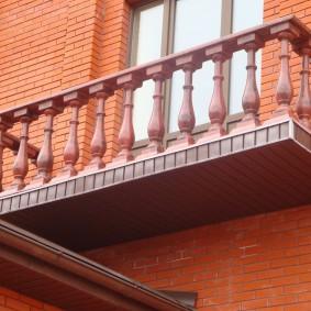 Пластиковое ограждение балкона в кирпичном доме