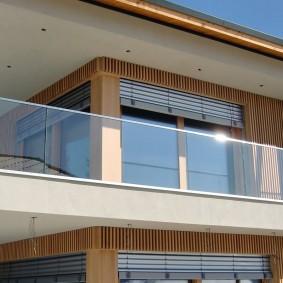 Стеклянное ограждение длинного балкона
