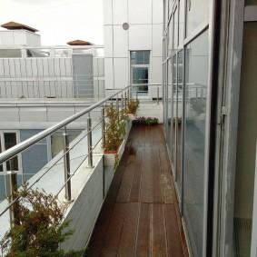 Длинный балкон небольшой ширины