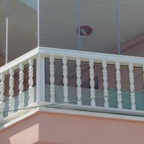 Классическое оформление балкона открытого типа