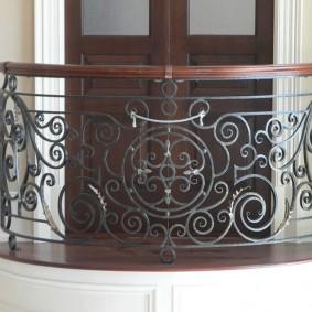Кованные элементы на перилах балкона