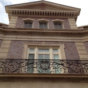 Парадный фасад кирпичного дома