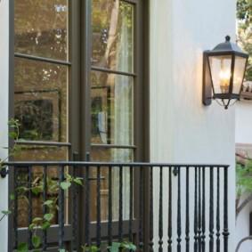 Садовый фонарь на стене частного дома