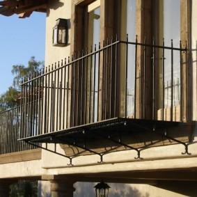 Металлический балкон на фасаде загородного дома