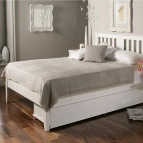 Детская кровать на белом каркасе