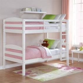 Двухъярусная кровать в спальне девочек
