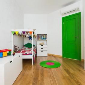 Зеленая дверь в детской комнате