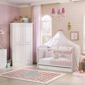 Сочетание обоев с белой мебелью в детской комнате