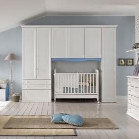 Белые шкафы в спальне новорожденного