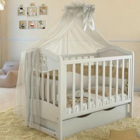 Детская кроватка с балдахином из вуали