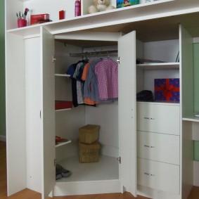 Распашной шкаф с детской одеждой