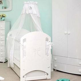 Белый балдахин над кроваткой младенца