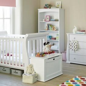 Ящик для детских игрушек перед спинкой кровати