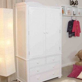 Распашной шкаф с комодом в нижней части