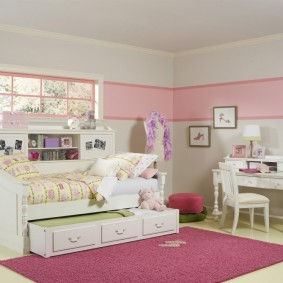 Розовые обои в комнате маленькой девочки