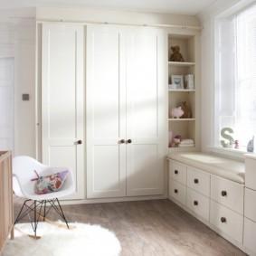 Встроенная мебель в интерьере детской спальни
