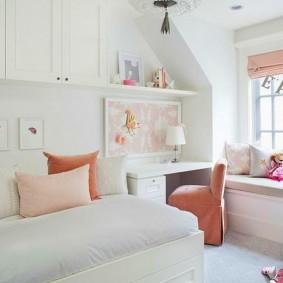 Светлая детская комната в мансарде дома