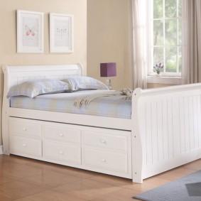 Практичная кровать с удобными ящиками