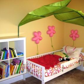 Квадратный стеллаж с детскими книжками