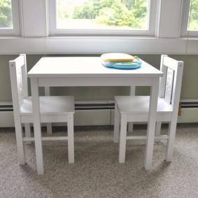 Квадратный столик белого цвета