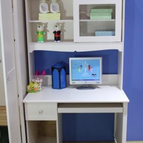 Компьютерный стол в комнате школьника