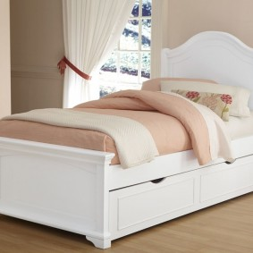 Стильная кровать белого цвета для мальчика или девочки