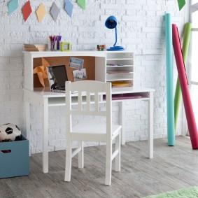 Детский столик около кирпичной стены