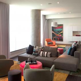 Мебель с тканевой обивкой в интерьере гостиной