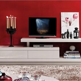 Бардовая стена в интерьере гостиной