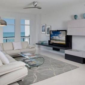 Серый коврик в белой гостиной