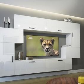 Дизайн гостиной с мебелью белого цвета