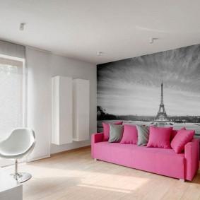 Розовый диван в гостиной с фотообоями