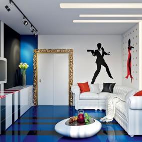 Белая мебель на синем полу гостиной