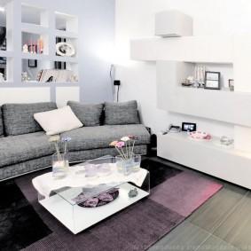 Серый диван с текстильной обивкой